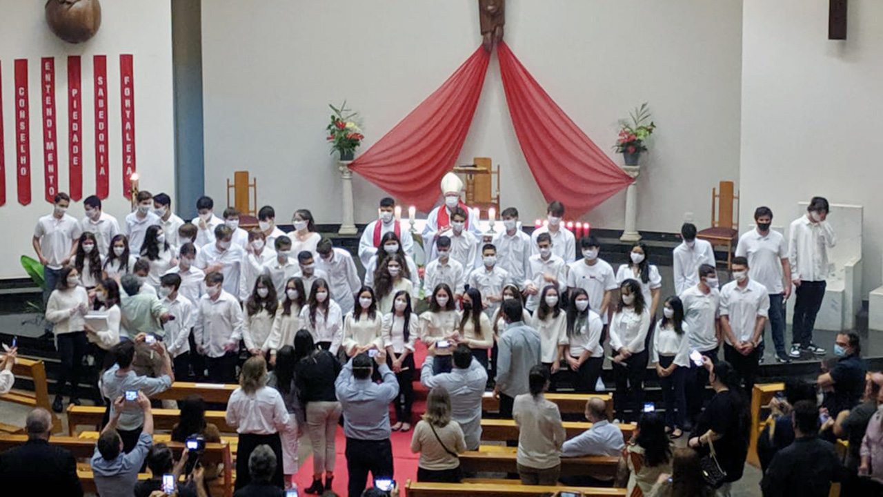 Crismandos da Paróquia Sant'Ana recebem o sacramento da confirmação