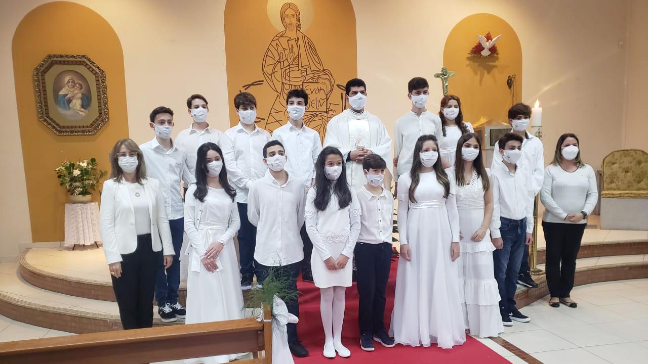 Jovens da Paróquia Sant'Ana recebem a Eucaristia